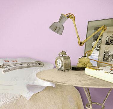 Chambre peinture rose associée à des gris et jaunes tendres pour une déco très féminine