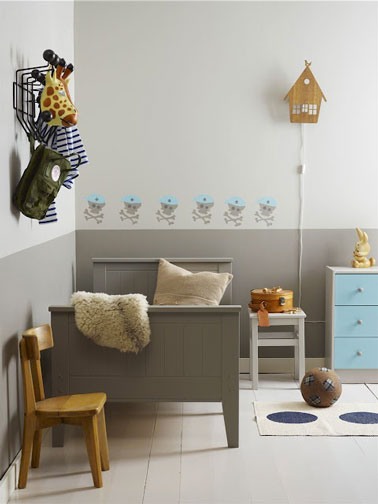 Chambre enfant gris taupe et bleu avec frise peinte sur mur for Chambre couleur taupe et gris