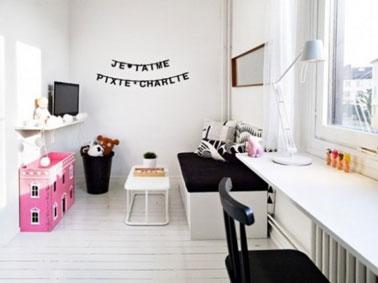 D co murale de chambre fille faite avec des lettres pochoirs for Chambre noir blanc rose