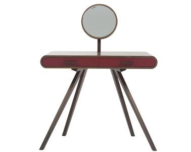 Pour la déco d'une chambre rouge et féminine, une coiffeuse en bois de placage noyer, pieds en noyer massif, finition rouge laque