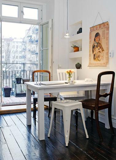 coin-repas-petit-appartement-table-et-chaises-depareillees