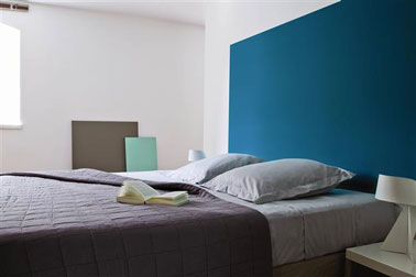 chambre bleu avec une peinture inspired by pantone tollens. Black Bedroom Furniture Sets. Home Design Ideas
