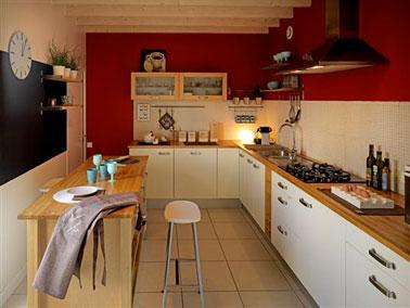 Peinture cuisine couleur rouge intense pour les murs avec meubles couleur blanc cassé. Grand panneau peint avec peinture à tableau noir