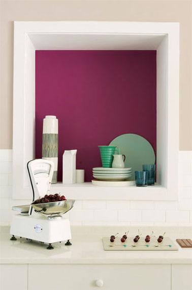 Dans la cuisine, apporter de la couleur en contraste avec une peinture blanche suffit à booster la déco. Ici la niche est peinte avec une couleur cassis proche de l'aubergine. Photo Peinture Dulux Valentine
