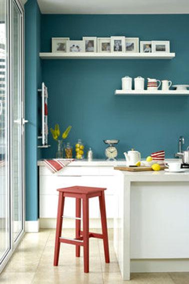 Une peinture de couleur bleu polaire pour relooker sa cuisine avec des meubles blancs, une idée déco pas chère pour refaire sa cuisine sans tout casser