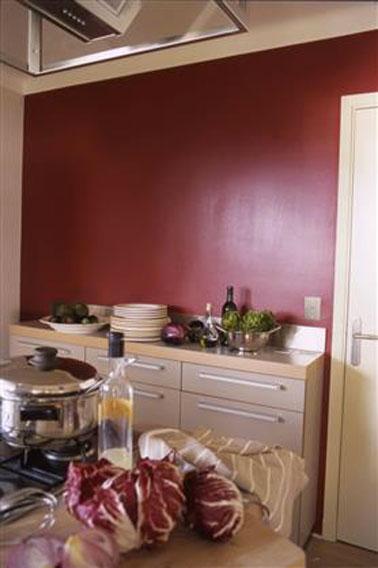 Peinture cuisine rouge mobilier couleur taupe clair for Quelle couleur pour les portes avec des murs blancs