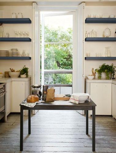 Etagères de cuisine peintes en bleu ardoise pour contraster avec la peinture ivoire des meubles de cuisine. Collection Crème de couleurs Peinture Dulux Valentine