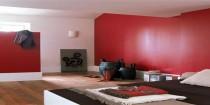 rouge couleur pour une chambre pour la peinture, le mobilier, tapis et luminaire