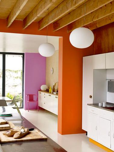 Des couleurs pour booster une cuisine blanche. Une idée astucieuse, les pans de murs entre la cuisine et la salle à manger sont peints l'un en rose l'autre en orange. Peinture couleur Orange Sanguine, Zeste d'orange et Girly Crème de couleur Dulux Valentine