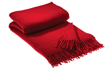 Pour la déco d'une chambre adulte chaleureuse, rien de tel un plaid rouge posé au pied du lit. plaid 45 % cachemire et 55% de laine d'agneau référence Qashmare de chez Hamam