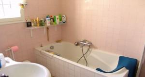 La peinture carrelage l'astuce déco pour relooker une salle de bain sans tout casser et pour pas cher. Il est possible de repeindre la faïence murale, le carrelage du tablier de la baignoire en jouant sur les couleurs peinture pour redonner du peps à la salle de bain