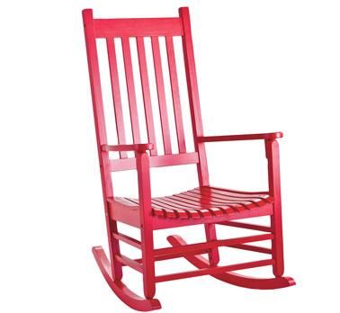 Booster la déco d'une chambre adulte avec un rocking chair en bois verni pour compléter la déco d'une chambre rouge