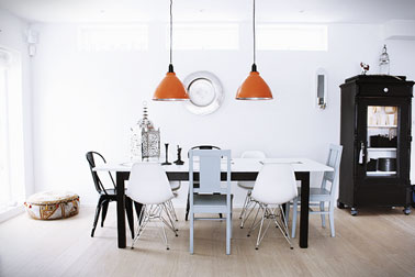 salle a manger loft table bois chaises depareillees tolix coque bois. Black Bedroom Furniture Sets. Home Design Ideas