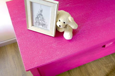 table basse dans chambre fille peinte rose flashy et paillettes. Black Bedroom Furniture Sets. Home Design Ideas