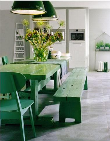 Pour égayer la déco de cette cuisine grise, table, bancs et chaises ont reçu un coup de peinture d'une belle couleur verte qui illumine la cuisine et met en valeur le chic du gris