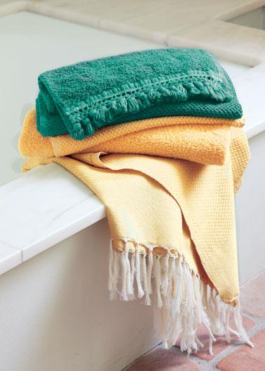 serviette de bain relooké avec teinture tissu couleur moutarde et vert, une bonne idée pour apporter une touche de couleur tendance dans la salle de bain