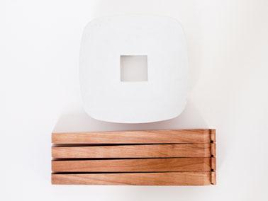 Le tabouret Ydin est livré à plat. Il suffit d'emboiter les 4 pieds dans l'assise en béton.