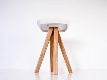 Tabouret en béton et bois crée par le studio inoow design