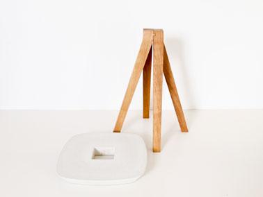 Tabouret Ydin pieds en frêne à assembler à l'assise en béton fibré