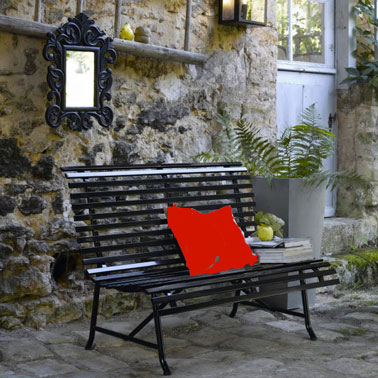 Banc de jardin sur terrasse en métal laqué noir dans jardin mas provençal