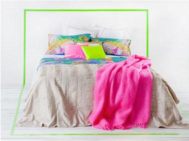 Association couleurs de chambre pour une ambiance épurée avec une dominante de gris perle pour la peinture des murs et du sol, soulignée de touche de vert anis et de rose