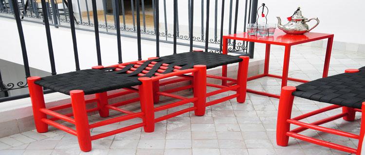 table, chaise, fauteuils et jardinière, le rouge et le noir s'associent pour une décoration chic de la terrasse et du balcon