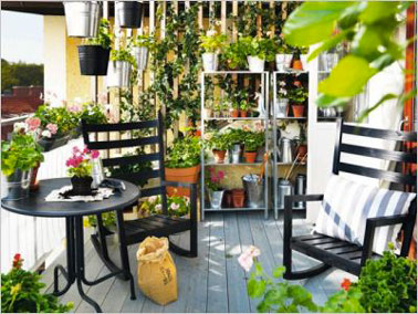 un petit balcon avec verdure et mobilier terrasse ikea. Black Bedroom Furniture Sets. Home Design Ideas