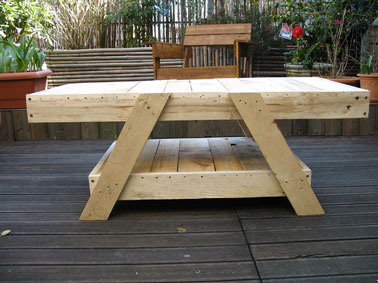 Table de salon de jardin faite en palette bois - Faire une table de jardin ...