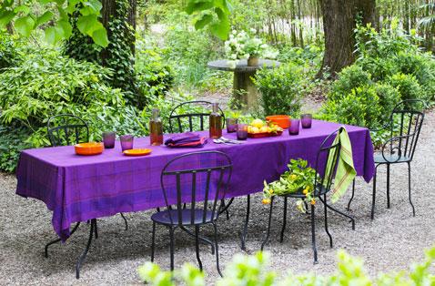 nappe jardin après teinture pour tissu couleur violet. Serviette teinture vert emeraude