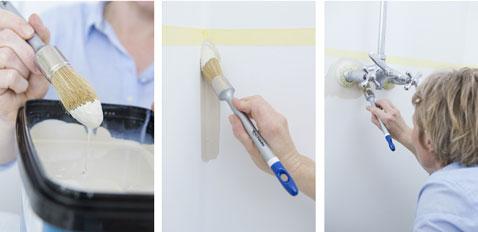 Commencer par peindre les angles et les contours de la robinetterie de la salle de bain