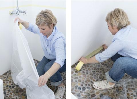 Poser une bache plastique pour protéger le sol de la salle de bain avant de peindre