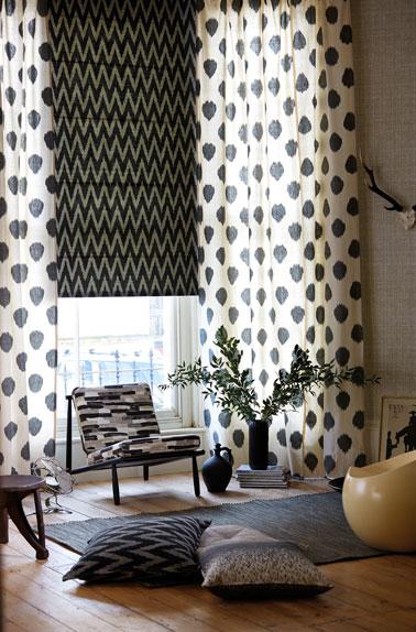 Booster la déco du salon avec des stores, rideaux et coussins à motifs graphiques et de couleurs tendance