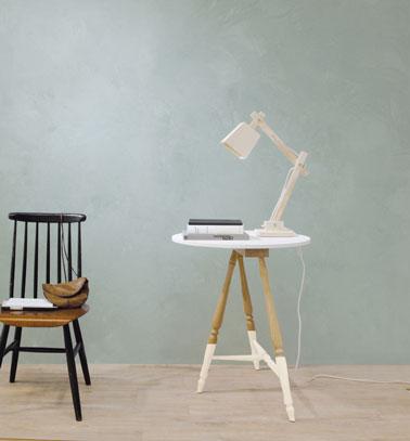 Pour une decoration du salon style scandinave, un enduit minéral mat couleur bleu fjord avec chaise et table vintage