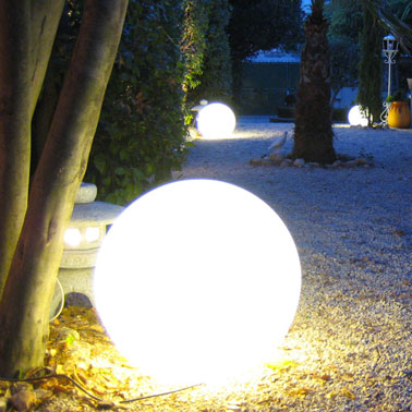 eclairage allee de jardin avec boule lumineuse. Black Bedroom Furniture Sets. Home Design Ideas