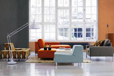 Enduit minéral pour murs salon couleur gris béton et argile assorti aux couleurs du canapé et des fauteuils