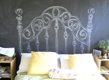 t te de lit baroque dessin e la craie sur mur noir. Black Bedroom Furniture Sets. Home Design Ideas