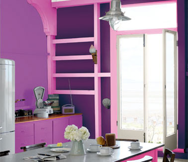 peinture cuisine couleur rose violet table grise. Black Bedroom Furniture Sets. Home Design Ideas