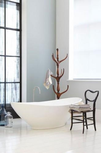 Une déco de salle de bain zen avec les murs peints en deux nuances de gris et le parquet repeint en blanc légèrement teinté de gris. Peinture Little Greene
