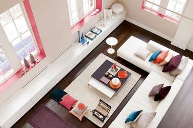 Déco salon rose et blanc. De la peinture rose pour dynamiser un salon blanc et apporter une note féminine. Les touches de bleu renforcent le contraste de couleurs