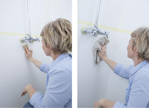 Avant d'appliquer la peinture dans la salle de bain, poncer légèrement les murs et dépoussierer