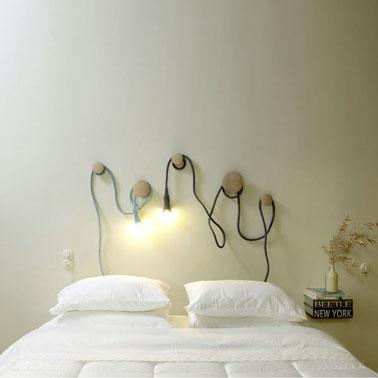 tête de lit avec paterres et lampe baladeuse