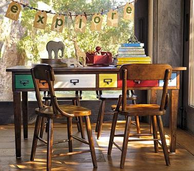 Déco chambre ado avec un bureau vintage en bois. Les tiroirs sont peints en 6 couleurs différentes pour une note ludique
