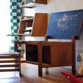 idée deco chambre enfant avec un bureau d'écolier en bois style et chaises formica vintage