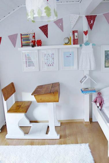 Déco chambre fille/ Un bureau d'écolier repeint en blanc. L'assise du banc et le bureau sont laissés en bois ciré pour apporter une note chaleureuse dans cette chambre toute blanche