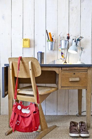 bureau maître d'école dans chambre ado. Plateau en bois ciré et tiroirs peints dans des couleurs toniques
