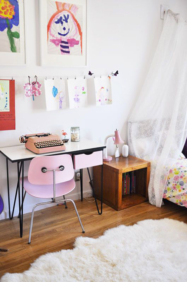 bureau vintage en formica et chaise rose dans chambre fille. Black Bedroom Furniture Sets. Home Design Ideas
