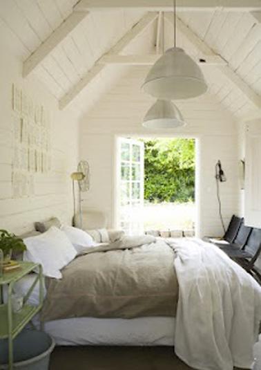 Une déco de chambre dans une ancienne ferme à l'atmosphère cocooning avec une peinture murale couleur ivoire et un linge de lit couleur lin et blanc