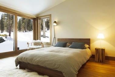 Déco chambre couleur taupe et lin pour une ambiance scandinave. Peinture murale couleur lin clair, tête de lit couleur taupe, linge de lit en lin naturel, un grand tapis en laine et à longues mèches pour renforcer l'impression de confort