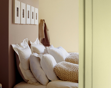 Déco chambre en harmonie de couleurs naturelles avec la peinture taupe sur la tête de lit, une couleur lin sur les autres murs, joliment mis en valeur par les couleurs du linge de lit