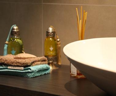 Déco salle de bain. couleur linge de toilette en harmonie avec couleur carrelage et vasque